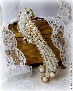 Брошь `Птичка` с жемчугом и хрусталем. Брошь Птичка с объемной вышивкой, очень красивая и нежная!    Тут пресноводный жемчуг разного размера и форм, хрустальные бусины, граненые бусины, различный белый бисер, и кристалл.  С обратной строны натуральная итальянская кожа белого цвета.