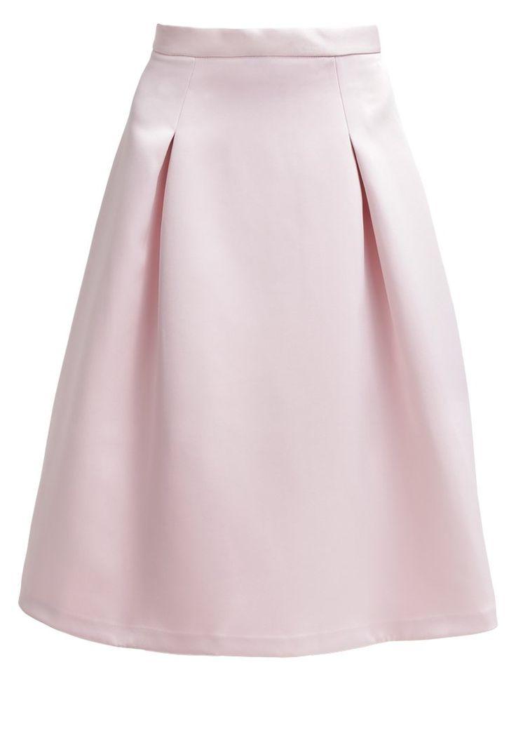 Combineer deze lichroze rok met een mooie cremekleurige blouse en een paar super hakken en je hebt de perfecte outfit voor een bruiloft!