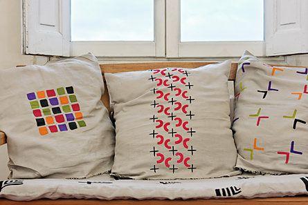 Comme un clin d'œil à son travail dans le textile, Pochoir de France vous inviter à recréer un intérieur façon Sonia Delaunay, où ses motifs colorés prennent vie sur des coussins, nappes et autres