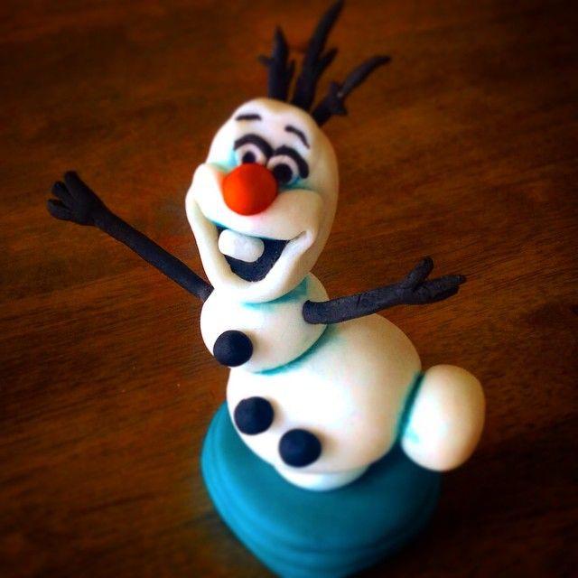"""#olaf #handcrafted #handmade  #frost #frozen #disney #disneyart #disneyfan #sukkerpasta #søtesaker#bakemag#helenorgebaker #artfood #shef #kokk #kremno…"""