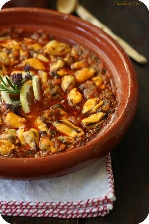 Original ! Tajine de moules à la chermoula. Plus de recettes à base de moules ici : www.enviedebienmanger.fr/recettes/moules