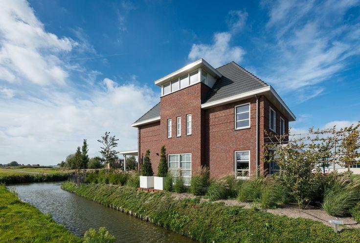 De zijkant van villa Wedert springt in het oog door de statige uitbouw over drie verdiepingen.