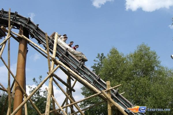2/10 | Photo de l'attraction Menhir Express située au @ParcAsterix (France). Plus d'information sur notre site www.e-coasters.com !! Tous les meilleurs Parcs d'Attractions sur un seul site web !!