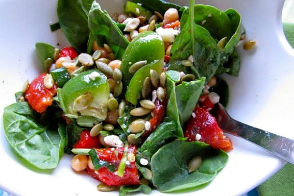Rustic spinach salad with roasted red pepper