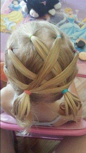 Una de las ideas más usadas para peinar a las niñas o bebés son los peinados con ligas, ya que el cabello de las pequeñas es un poco delgado todavía.