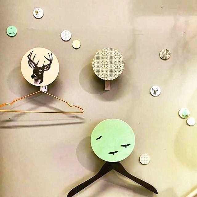 Dims igjen, her som knagger. Minidots er kun til dekorasjon  superfine som julegave.  Dinevakreting.no.  #dims #walldots #danskdesign #knagger #interiør #interiør123