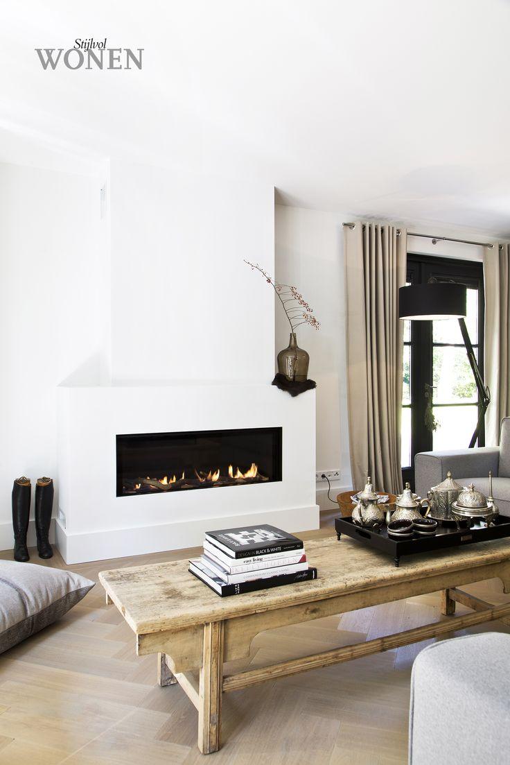 Stijlvol Wonen: het magazine voor warm-hedendaags wonen - ontwerp: Provence Keukens - fotografie: Sarah Van Hove  #zithoek #haard #salontafel #styling #blackwhite