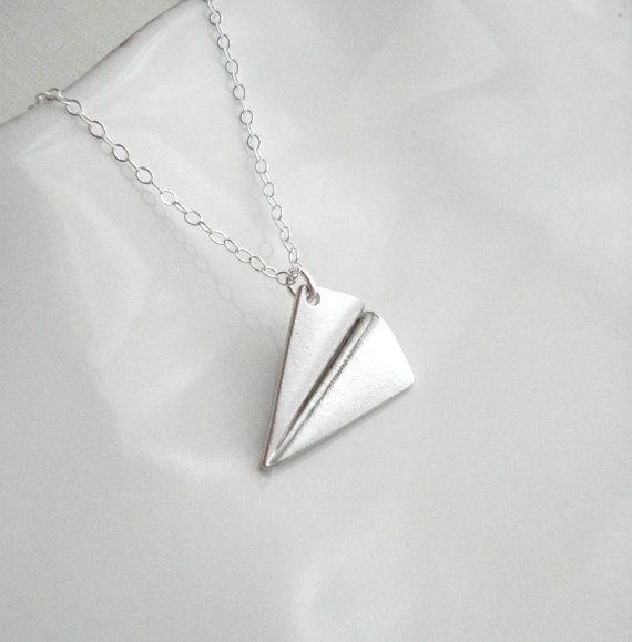 Collier en papier avion avec chaîne en argent Sterling. Ce joli collier est fait de mat argent rhodié sur avion en papier en laiton 0.75,