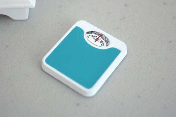 Esta es una escala de baño en miniatura de 1/12 Dollhouse. Dimensión aproximada (cm): Tamaño sacle: 2.5 cm (L) x 2.3 cm (W) x 0.3 cm (H) Notas del artículo: Guarde por favor todos los modelos miniatura lejos de niños. Combino varias compras, la cantidad que usted paga por franqueo es igual al valor exacto del sello (+ Tax). Una vez que el paquete es enviado, cualquier excedente del envío será reembolsado a usted. No logro sacar provecho de los franqueos. ; ) ¡ Gracias por visitar M ...