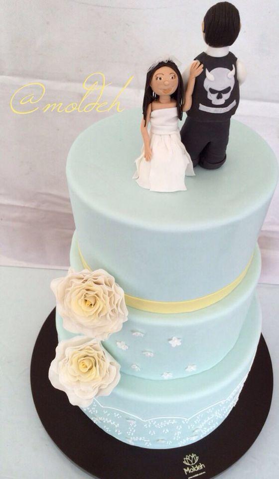 Pastel en menta y amarillo con muñecos de pastel personalizados // Personalized bride and groom mint and yellow wedding cake