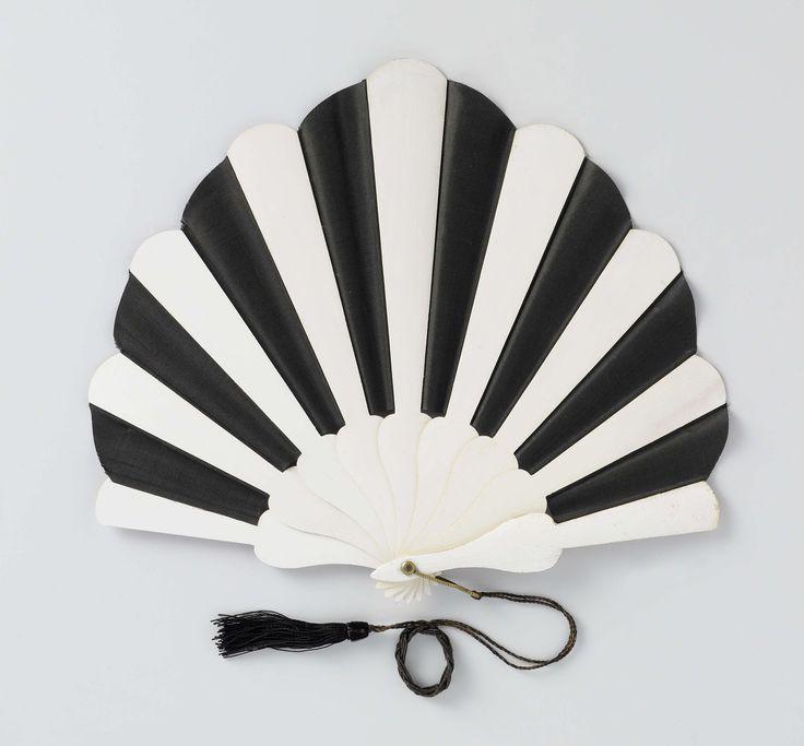 Vouwwaaier, geschulpt, met blad van zwarte zijde tussen een montuur van wit gelakt hout, 1920 - 1925, Rijksmuseum   Fan, scalloped, black silk and white lacquerd wood, 1920 - 1925, Rijksmuseum