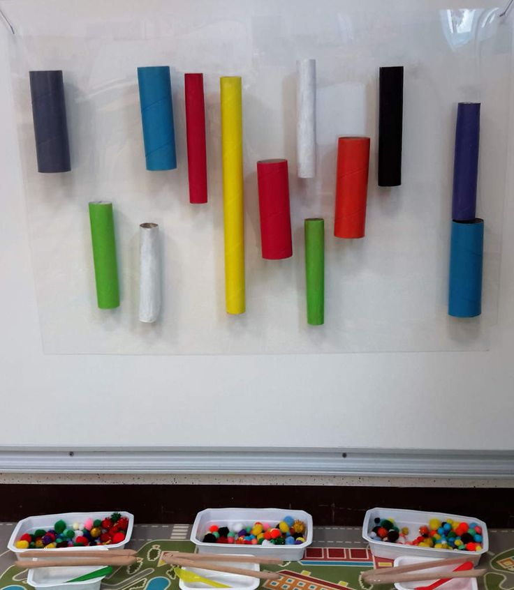 Un mur de tubes avec pompons et cotillons chez Krol