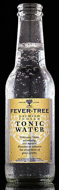 【フィーバーツリー プレミアムトニックウォーター】フィーバーツリーとは、「キナの木」を意味します。1630年代、キナの皮から抽出されたキニーネが、マラリアに効果があることが発見されました。1820年代、インドで活動する英国軍が、マラリア予防のために飲んだキニーネと砂糖を加えた強壮水(トニックウォーター)が、その後、世界中に普及していきました。  現在、日本で消費されていうる99%以上のトニックウォーターにキナは含まれず、人工的なフレーバリングがされています。フィーバーツリーのプレミアムトニックウォーターは、アフリカのコンゴ民主共和国産の最高品質のキナによるコクのある苦味とボタニカルの自然な香りを効かせたプレミアムな味わいです。後を引く心地よい苦味、鼻から抜けるシトラスフレーバーが口内をリフレッシュさせます。ジントニックなどのミキサーとしてはもちろん、そのままでも美味しくお召し上がりいただけます。