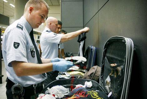 douane   Bizarre dingen die de Amerikaanse douane in bagage vindt - Blue Prince
