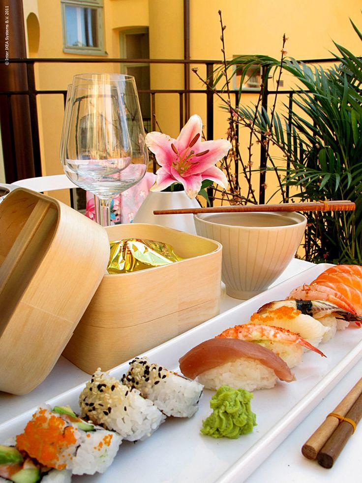 Äntligen börjar det härliga utelivet med middagar i det fria. Balkongen har förvandlas till en japansk miniträdgård med bonzaiträd, högt gräs och exotiska planteringar. Stilrena möbler som inte kräver mycket utrymme passar på liten yta och bidrar till den japanska känslan.