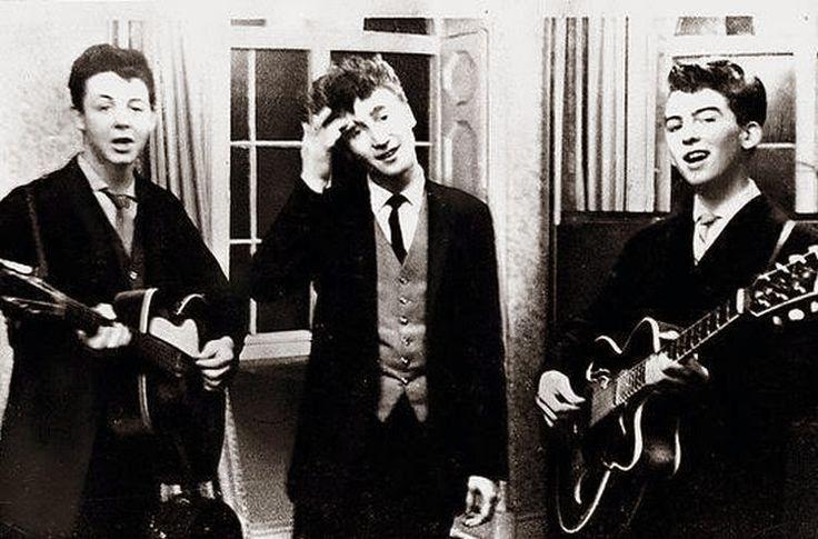 Ο Πωλ ΜακΚάρτνεϋ, ο Τζον Λένον και ο Τζωρτζ Χάρισον τραγουδάνε σε γαμήλια δεξίωση, 1958