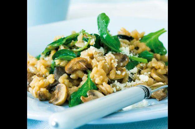 Rizoto s houbami a špenátem ◘ Ingredience ◘ 25 g sušených hub 50 g másla 1 cibule, najemno nasekaná 1 stroužek česneku, na plátky 200 g drobných žampionů, očištěných a pokrájených na plátky 200 g kulatozrnné rýže na rizoto 100 ml bílého vína 750 ml drůbežího vývaru podle základního receptu 100 g čerstvého špenátu, propláchnutého a nasekaného parmazán k podávání
