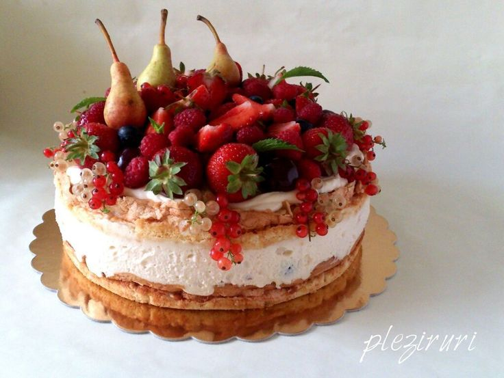 Tort cu fructe, bezea si felii de migdale