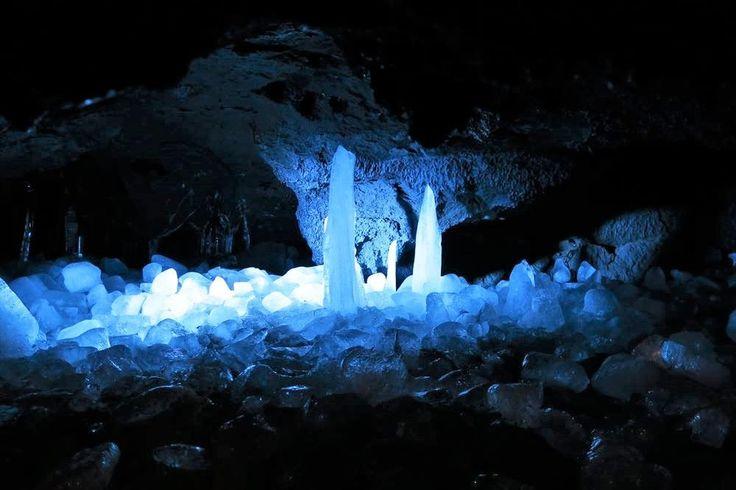 一年中氷に覆われた洞窟「鳴沢氷穴」を這って歩いて探検しよう
