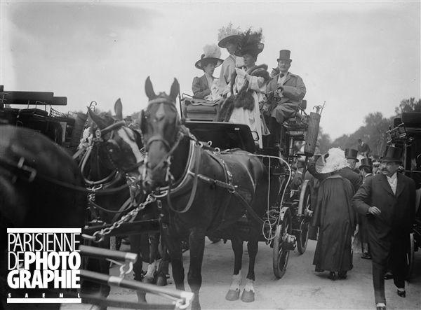 Arrivée des Drags au champ de courses d'Auteuil, 1906.