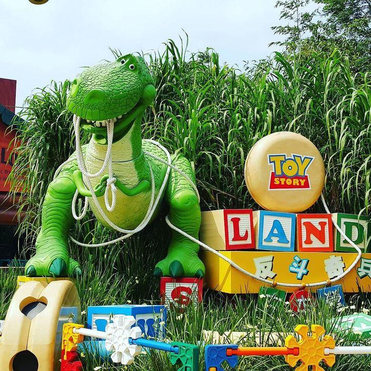 Когда внутренний ребенок счастлив ))) Спасибо @syiqinshukris  #disneyland #disneylandhongkong #hongkong #диснейленд #гонгконг #toystory #dinosaur #флешбэки #flashbacks
