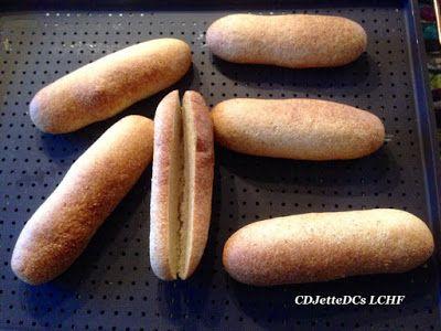 En hotdog med det hele, tak - med hjemmelavede hotdogbrød og hjemmerørt remoulade. Denne lowcarb dej egner sig også til landgangsbrød, flutes og burgerboller. Søg opskrift på CDJetteDCs LCHF.