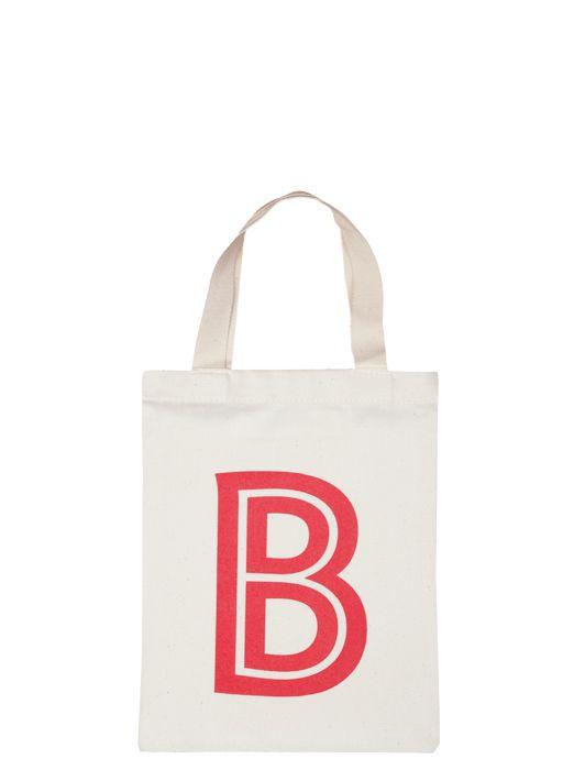 Alla barn älskar små väskor. Detta julklappstips kommer från Alphabetbags. Ni hittar flera bokstäver hos www.barabokstaver.se