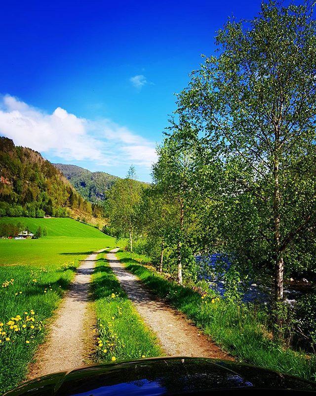 Summer in may 🇳🇴😊😎 #norwegiantroutriver #jondal #hardanger #visitnorway #flyfishingjunkie #fluefiske #flyfishing #flytying #fluebinding #dryfly #gytebua #brunørret #browntrout #ig_countryside #ig_nature #bluesky #volvoxc70
