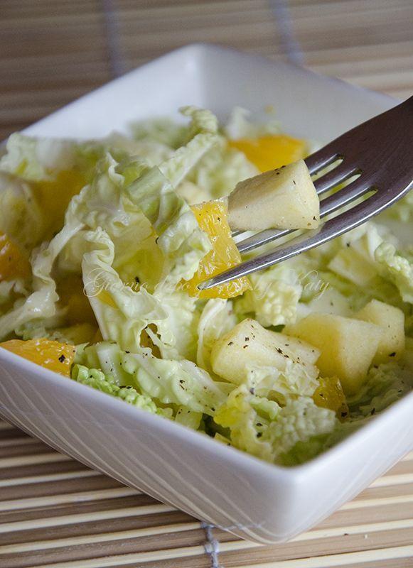 Ma perché quando uno è a dieta deve mangiare cose che mettono tristezza? Io dico anche no e mettiamo colore con questa saporita insalata di verza con arance e mele.