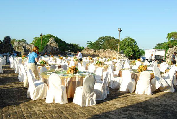 Montaje de mesas para una cena en Panamá Viejo, Convento de las Monjas.