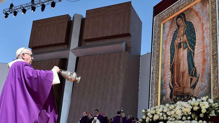 El papa frente a una imagen de la Virgen de Guadalupe, durante la misa masiva en Ecatepec. (Crédito: GABRIEL BOUYS/AFP/Getty Images)