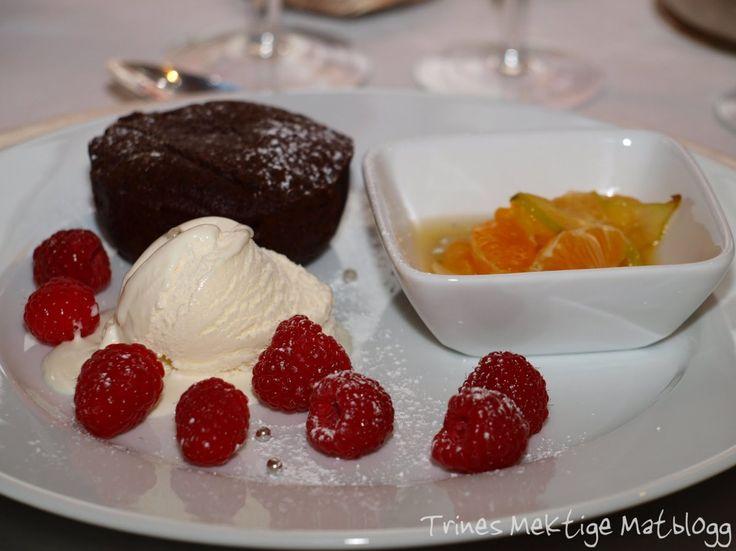 Valrhona sjokoladekake med frisk frukt i sirup og vaniljeis
