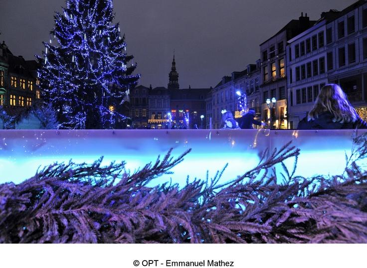"""Découvrez """"Mons Cœur en Neige"""" jusqu'au 6 janvier 2013. Un marché de Noël avec de nombreuses animations pour petits et grands :  - jongleurs et échassiers lumineux,  - cracheurs de feu et troupe musicale,  - Père et Mère Noël en calèche,  - Patinoire de 900m²…  http://www.belgique-tourisme.be/informations/evenements_mons__mons__coeur_en_neige__2012/fr/E/22789.html"""