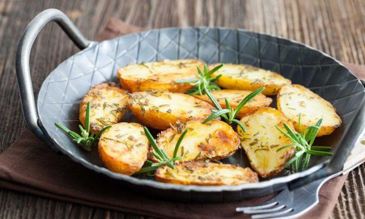 Rosmarinkartoffeln passen nahezu zu jedem Stück Fleisch vom Grill. Egal ob zu einem saftigen Steak oder zu einem würzigen Hähnchenspieß, ein paar Rosmarinkartoffeln dazu gehen immer. Klassisch werden die Kartoffeln im Ofen zubereitet, aber was im Ofen geht können wir auch auf dem heimischen Grill zubereiten. Wie du Rosmarinkartoffeln – aromatische Erdäpfel aus der Gusspfanne selber machst verraten wir dir hier.