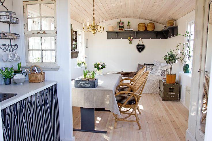 Er du vild med country living, antikviteter, genbrugs- og loppefund? Se den smukke boligreportage og få tips til at indrette i en landlig stil.