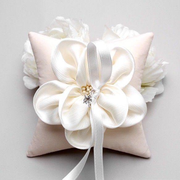 【YOU≡ME一番人気リングピロー】やわらかく、なめらかな手触りのお花がついた、リングピローお花の雄しべにはパールをあしらい、細かいところまでデザ...|ハンドメイド、手作り、手仕事品の通販・販売・購入ならCreema。