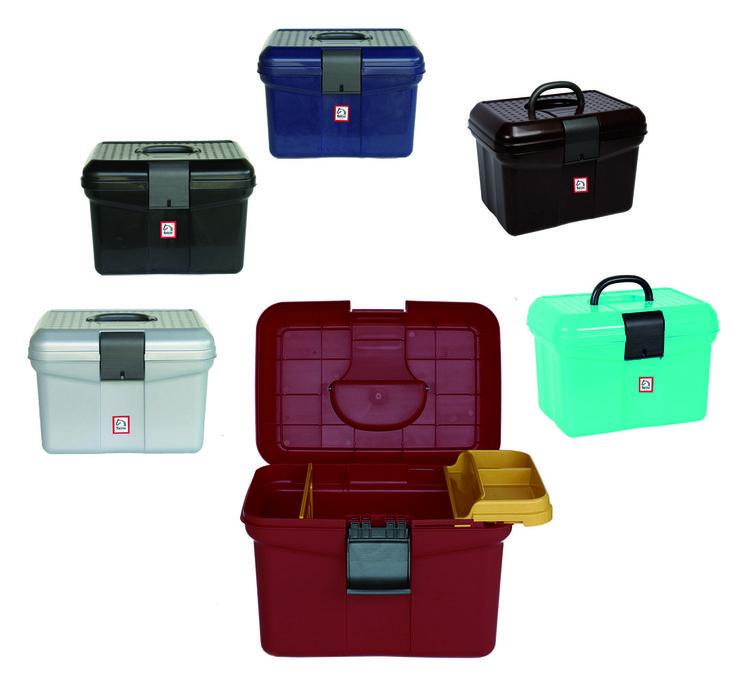 Bauletto portattrezzi 2000 in materiale infrangibile, dotato di coperchio rinforzato e di una pratica serratura predisposta per l'applicazione del lucchetto.