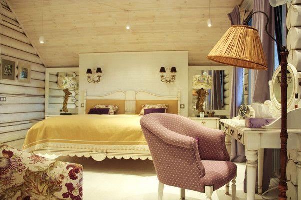 Яркий, уютный, нежный интерьер спальни во французском стиле, дополненный современными деталями. В основе цветового решения интерьера три цвета: белый, цвет карри и сиреневый