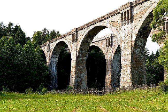 Suwalszczyzna. Stańczyki  wyglądają jak budowle z bajki. Być może dlatego, że zaprojektowanie tych (liczących po 250 m długości) mostów powierzono architektom z Włoch, a niektóre elementy wzorowane były na rzymskich akweduktach w Pont du Gard. Słynne bliźniacze, potężne mosty znajdziemy wśród uroczych pagórków i łąk za wsią Stańczyki, na nieczynnej, rozebranej jeszcze przez Rosjan trasie linii kolejowej Gołdap - Żytkiejmy (31 km). Wiadukty zaliczane są do najwyższych …