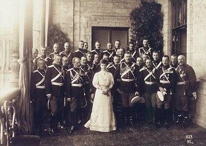 Мария Федоровна с членами семьи мужского пола и офицерами.Гатчина.