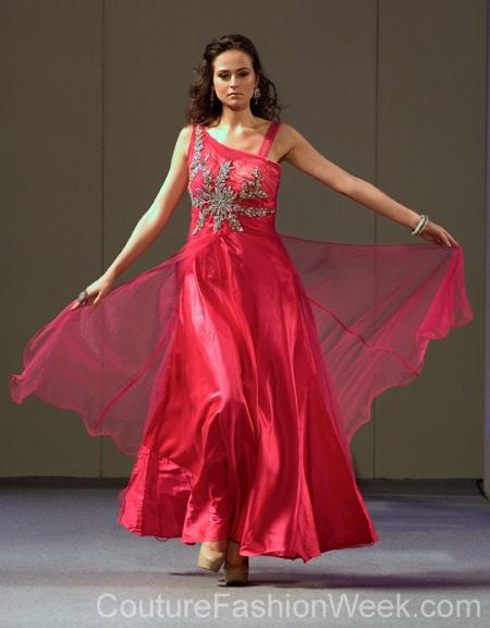 #moteuke #design #model #stil #kvinne #RituBoorgy #mote #couture #fashion #kjole #rosa #diamanter