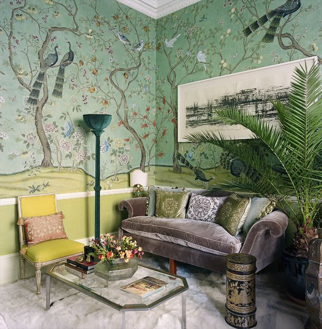 Le salon, tapissé de soie peinte à la main au motif St Laurent (de Gournay) dans l'esprit d'un jardin d'hiver, est décoré de meubles chinés. Au-dessus du canapé, tendu de velours de soie couleur Argento (de Gournay), une œuvre de l'artiste Kate Palmer (Broadbent Gallery). La chaise néoclassique est tapissée de lainage (Bute Fabrics). Au sol, un tapis en fourrure (Wildash).
