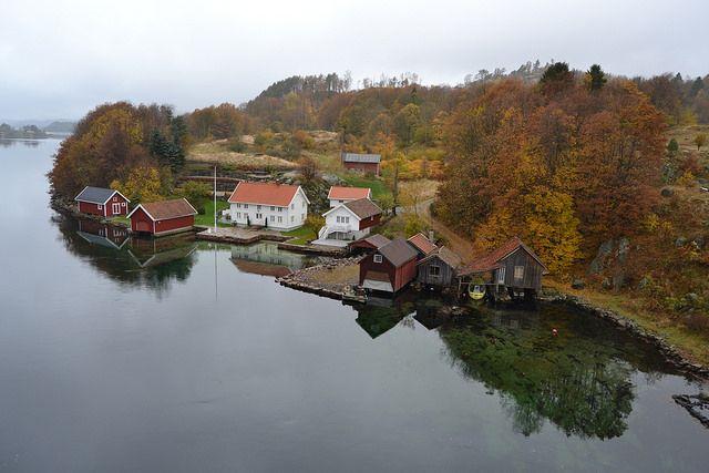 Simply stunning in Jåsund, Lindesnes in Southern Norway this Autumn.  Photo: Elisabeth Høibo©Visit Southern Norway