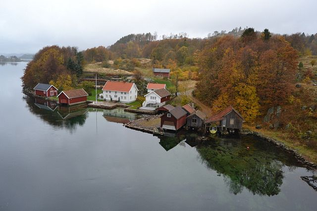 Simply stunning in Jåsund, Lindesnes in Southern Norway this Autumn.  Photo: Elisabeth Høibo©Visit Southern Norway