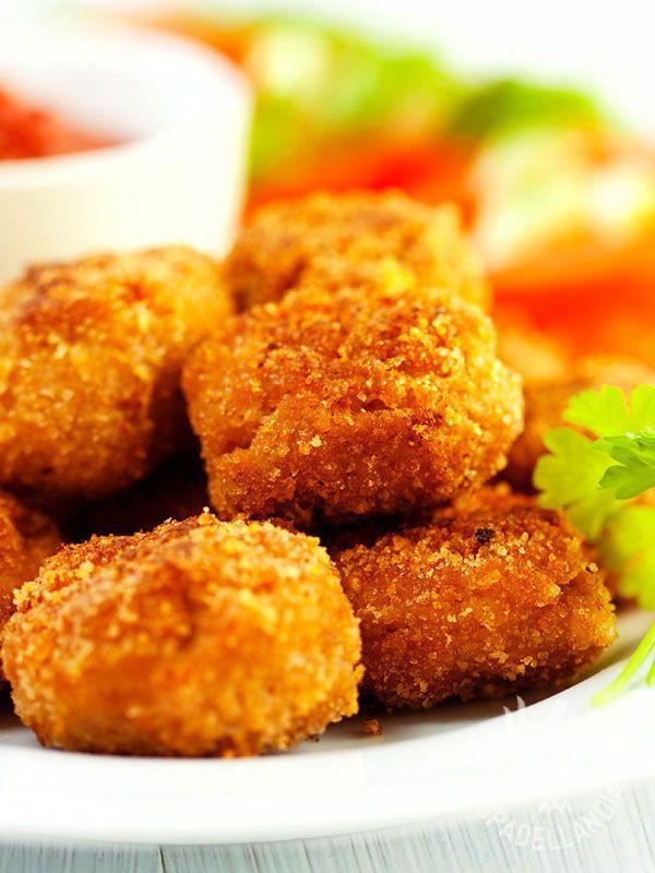 Le Polpettine di nasello e salmone affumicato: croccanti pepite di pesce fritto, rese saporite e profumate dall'aggiunta di pesce affumicato.