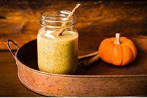 Pour l'Halloween, je vous offre un grand verre de smoothie à la citrouille épicé et protéiné… parce qu'on ne fait pas peur le ventre vide!