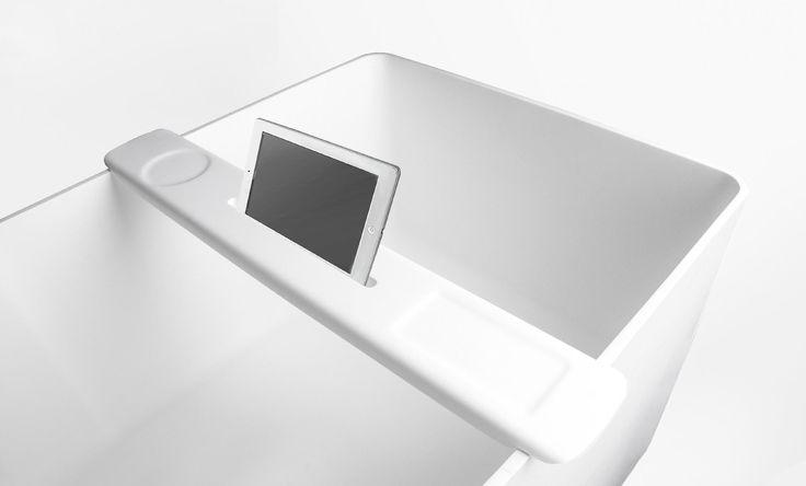 Tenk å slappe av i badekaret med denne fine badekarbroen fra Interform. Ipad holder, tablet holder. This portable bathtub caddy is perfect for holding your tablet when taking a bath.