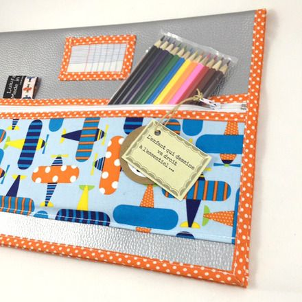 Protège cahier en simili cuir avec 12 crayons de couleurs et un grand cahier à dessin format 24 x 32.  Trousse intégrée pour ne pas perdre les crayons ou autres accessoires..  - 17308844