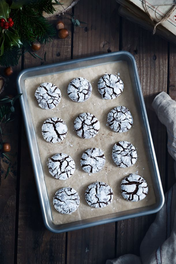 Chocolate Hazelnut Crinkle Cookies (Galletas de chocolate y avellanas) | FOOD AND COOK by Silvia Palma