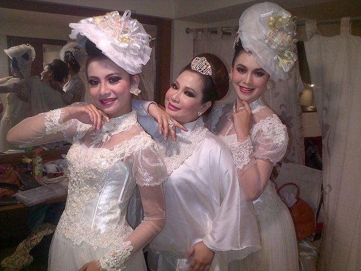 Rosalinda Enterprise. Sanggar Tari. Penari Tradisi. Bandung. https://www.facebook.com/ceuceu.rosalinda/photos_all